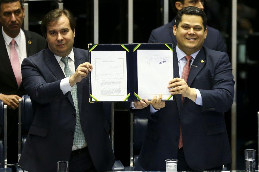 Rodrigo Maia e Davi Alcolumbre durante cerimônia de promulgação da reforma da Previdência