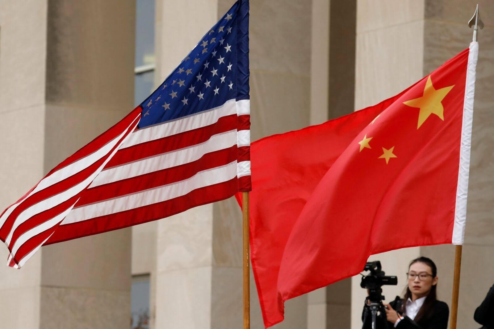 Bandeiras dos EUA e China - Foto de Yuri Gripas