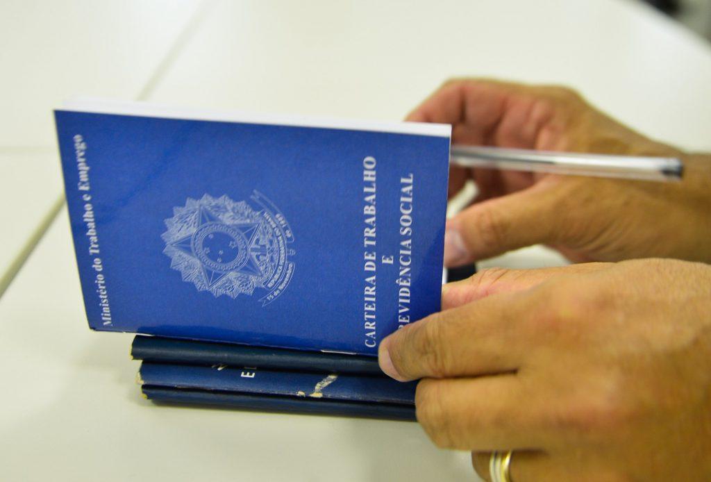 Carteira de trabalho, foto de Marcello Casal - Agência Brasil
